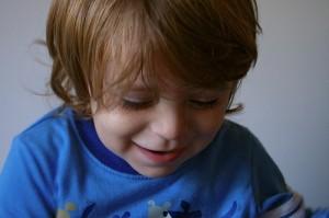 Drengen kigger ned på flere hjemmeside-tips