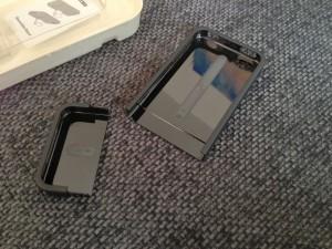 """Casen er delt i to, og """"slides"""" på telefonen."""